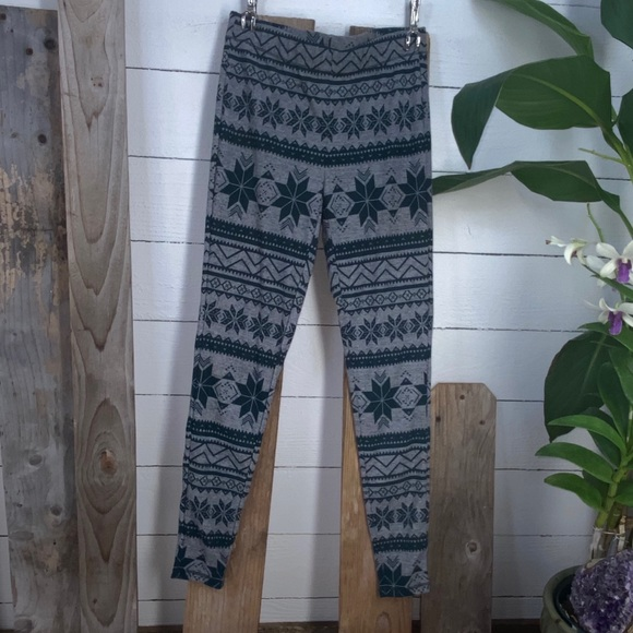 Maurices  NWOT Green And Grey Snowflake Pants